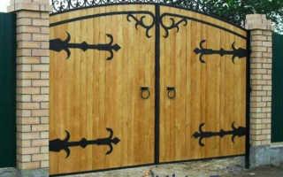 Ворота из дерева: как подготовить древесину и сделать створки своими руками